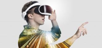 VR体験をする人の画像